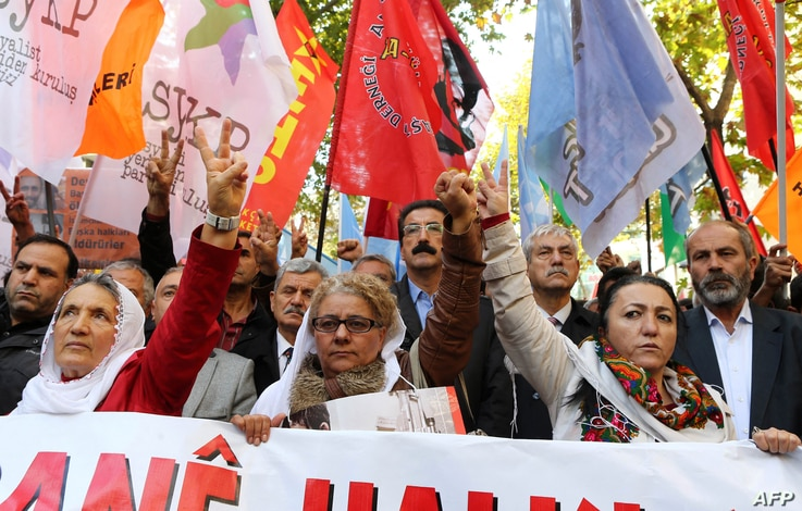 Turkish Kurds  and others rally in support of Kurdish fighters including peshmerga fighters who have gone to defend the Syrian…