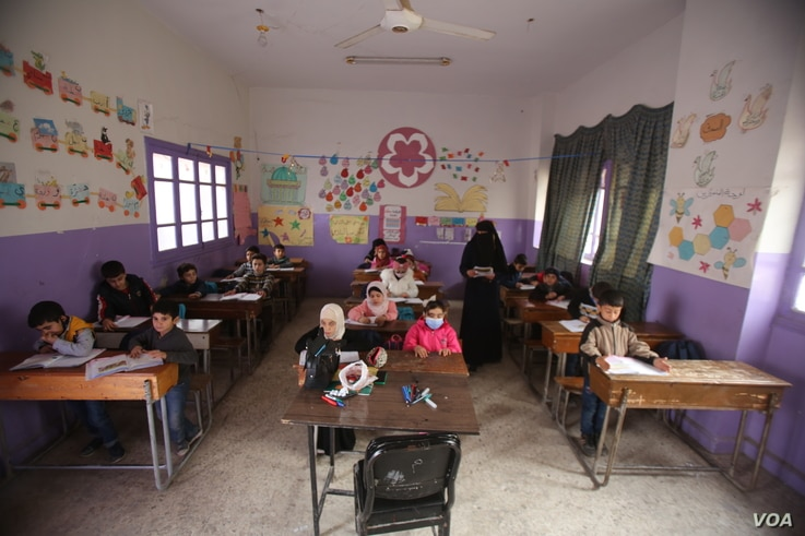 3N0C8849: Many children who do attend school in Idlib, Syria arrive late or leave early because they have to work. Dec. 1, 2020. (VOA)