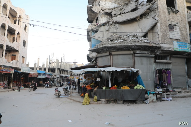 An Idlib market under bombed out buildings on March 3, 2021 in Idlib, Syria (VOA/Mohammad Daboul)