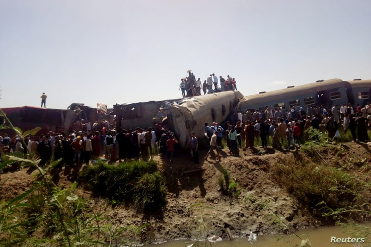 People inspect the damage after two trains have collided near the city of Sohag, Egypt, March 26, 2021. REUTERS/Stringer NO…