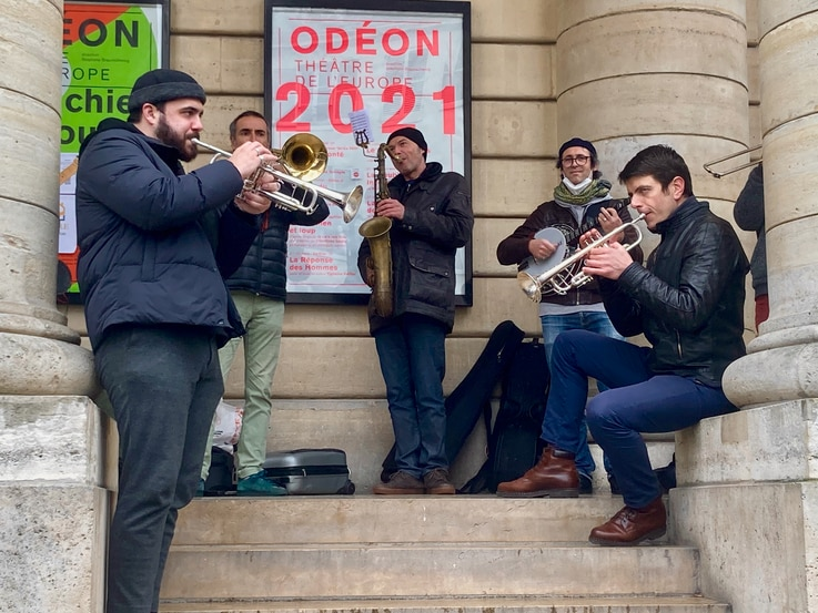 A jazz band previews Odeon theatre's afternoon assembly by occupation protesters. (VOA/Lisa Bryant)