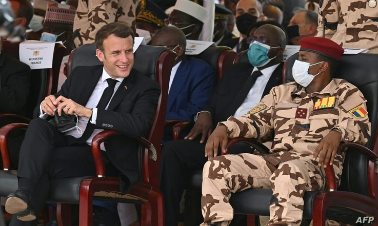 French President Emmanuel Macron (L) and the son of the late Chadian president Idriss Deby, general Mahamat Idriss Deby (R),…