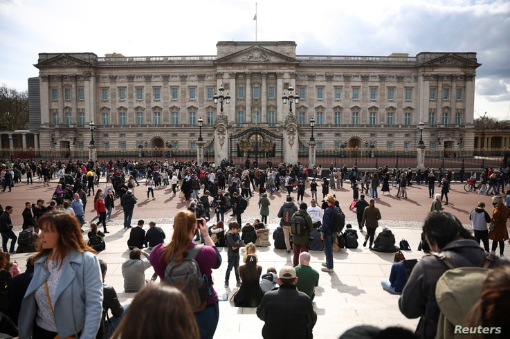 People gather outside Buckingham Palace after Britain's Prince Philip, husband of Queen Elizabeth, died at the age of 99, in…