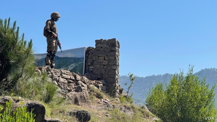 Pakistani soldier stands guard on a forward posts near the Kashmir Line of Control as nascent ceasefire holds between India and Pakistan. (Ayaz Gul/VOA)