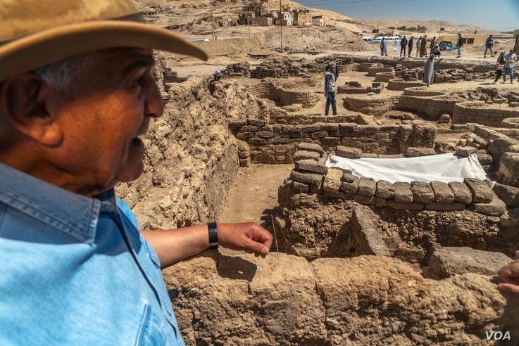 """Dr. Zahi Hawass, the renowned Egyptian archeologist credited with discovering the site, leads a media tour of the roughly 3,000-year-old """"lost golden city"""" in Luxor, Egypt, April 10, 2021. (Hamada Elrasam/VOA)"""