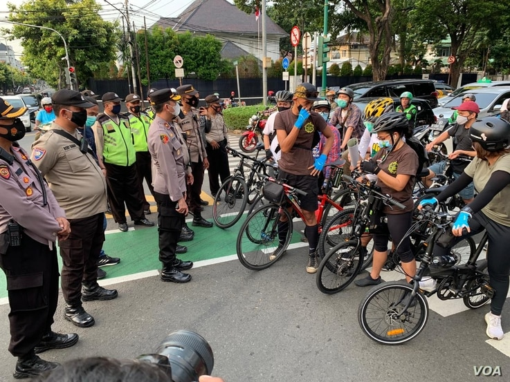 Police block demonstrators near the ASEAN Secretariat, site of the ASEAN summit, in Jakarta, Indonesia, April 24, 2021. (Ahadian/VOA Jakarta). Hundreds of activists, many riding on bikes, protested the presence of Myanmar's General Min Aung Hlaing in Jakarta.