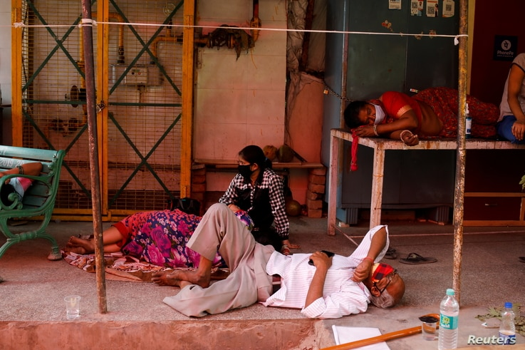 People with breathing problems due to the COVID-19 wait to receive oxygen support for free at a Gurudwara (Sikh temple) in Ghaziabad, India, April 27, 2021.