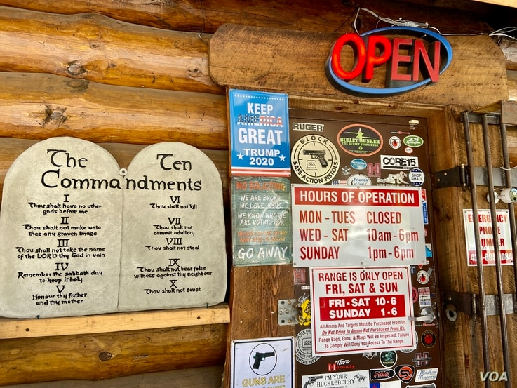The door leading to Barnett's Guns and Indoor Range in Tennessee has the Ten Commandments and a sign showing guns are welcome. (Carolyn Presutti/VOA)