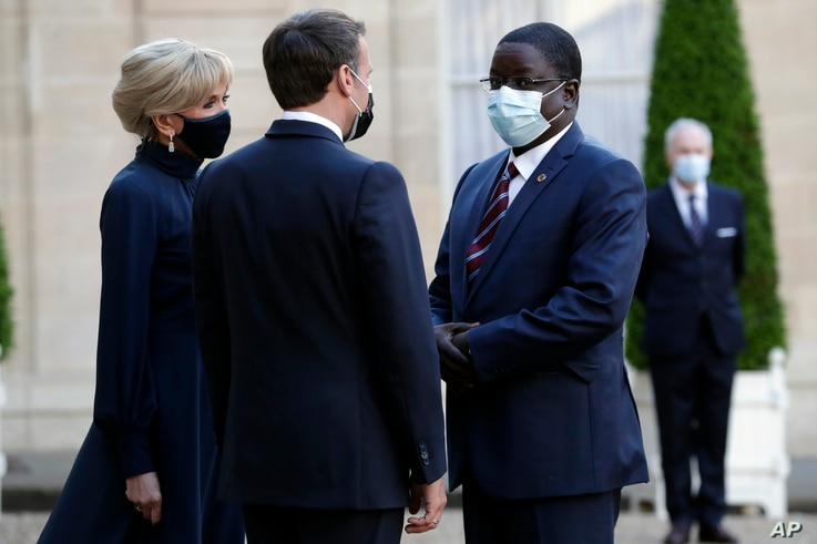 French President Emmanuel Macron, center, and his wife Brigitte Macron, left, welcome Chadian Prime Minister Albert Pahimi…