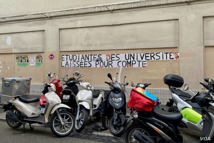 Graffiti in Paris says, 'University students, left to their own devices.' Conditions around COVID-19 have hit many young people hard, with reports of some going hungry. (Lisa Bryant/VOA)