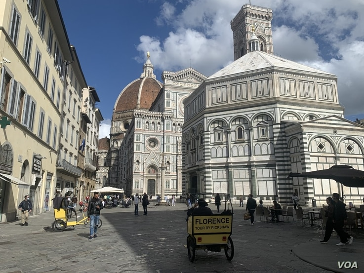 ourists are starting to return to Italy's art cities to visit museum and monuments, like the Baptistry and Cathedral in Florence. (Sabina Castelfranco/VOA)