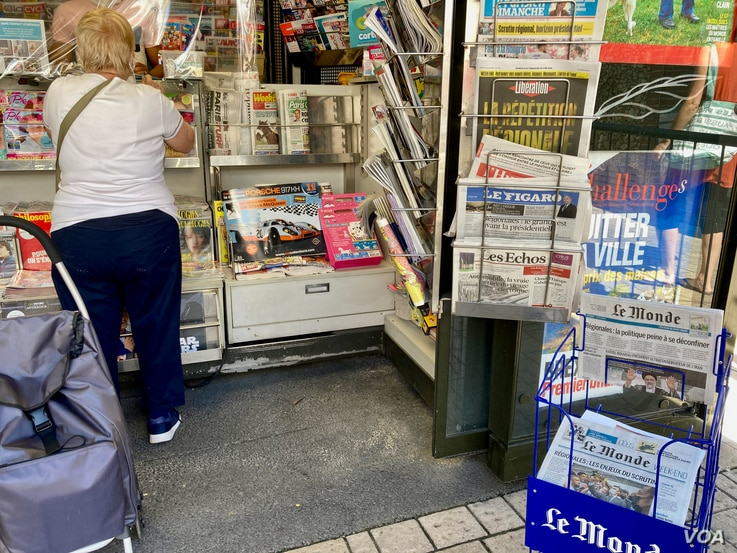 A newspaper kiosque Sunday, June 20, with the regionals topping the news. (Lisa Bryant/VOA)