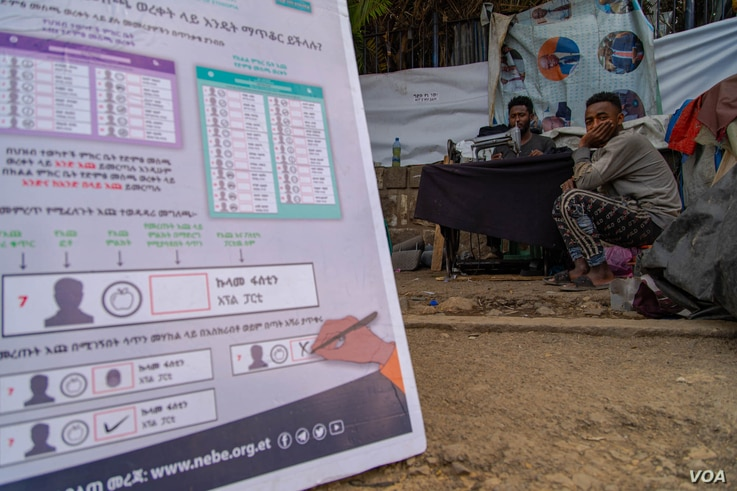 Addis Ababa residents receive instructions from the National Electoral Board of Ethiopia on how to vote on the upcoming elections, in Addis Ababa, June 16, 2021. (VOA/Yan Boechat)