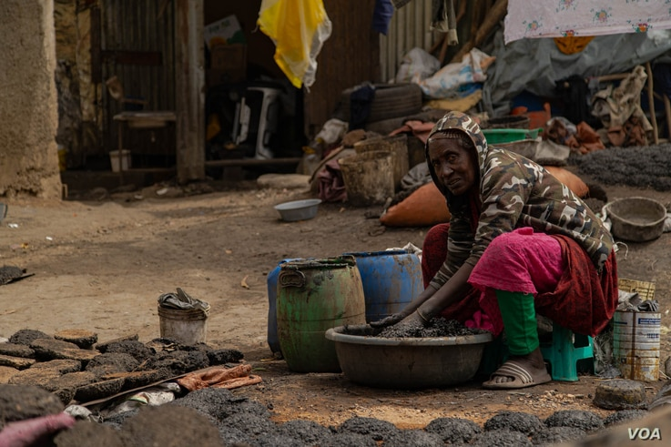 Poverty has declined in recent years, but more than 20 percent of Ethiopians still live below the poverty line, pictured in Addis Ababa, June 17, 2021. (VOA/Yan Boechat)