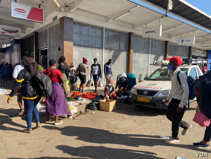 Zimbabwe vendors, pictured in Harare, June 26, 2021, will soon be asked to have COVID-19 vaccination certificates if they are to continue trading, according to Vice President Constantino Chiwenga, but their representatives say they are against compulsory vaccination. (ColumbusMavhunga/VOA)