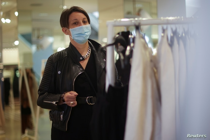 A person shops inside a clothing store amid the coronavirus (COVID-19) pandemic in London, Britain July 6, 2021. REUTERS/Hannah…
