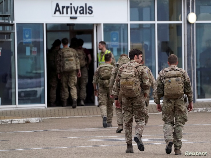 Members of the British armed forces 16 Air Assault Brigade arrive at RAF Brize Norton base after being evacuated from Kabul, in…
