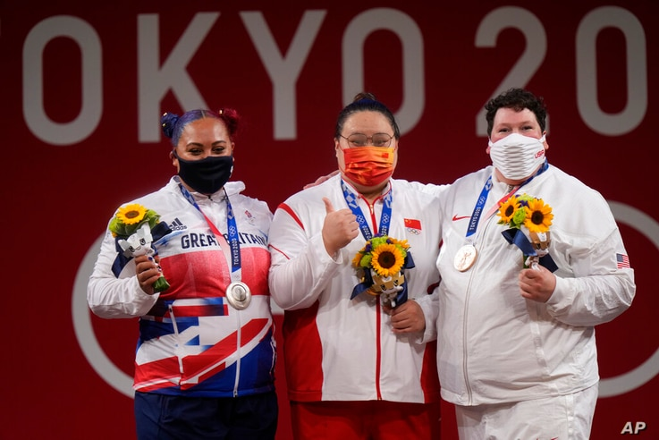 Gold medalist Li Wenwen of China, center, poses with silver medalist Emily Jade Campbell of Britain, left, and bronze medalist...