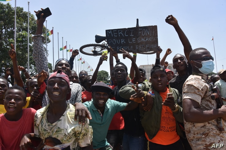 People celebrate as the Guinean Special Forces arrive at the Palace of the People in Conakry on September 6, 2021, ahead of a…