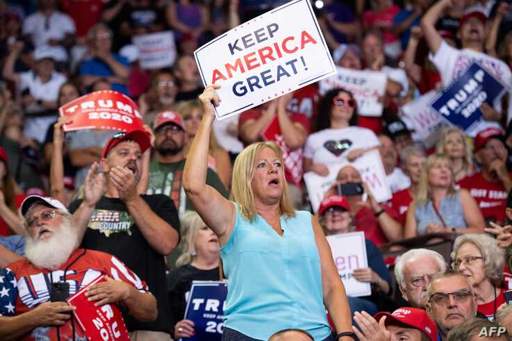 """Supporters cheer as US President Donald Trump holds a """"Make America Great Again"""" campaign rally in Cincinnati, Ohio, on August 1, 2019. / AFP / SAUL LOEB"""