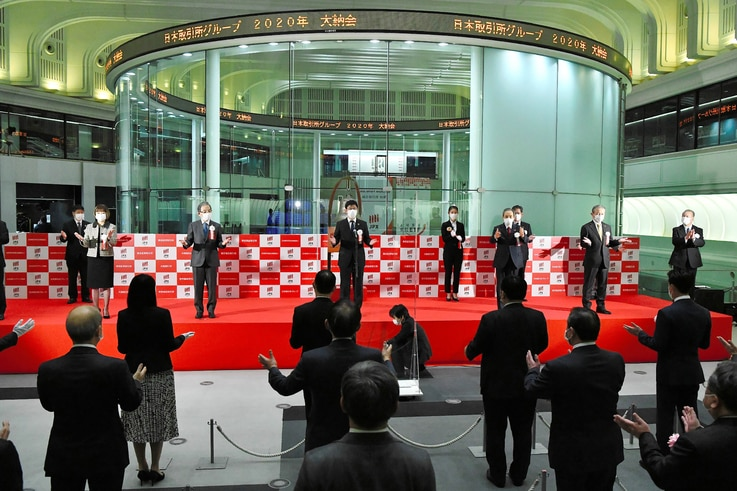 This picture shows a ceremony of the close of the end-of-year trading session at the Tokyo Stock Exchange in Tokyo on December…