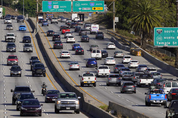 Traffic, at right, heads toward downtown along the 101 freeway, Thursday, April 16, 2020, in Los Angeles. (AP Photo/Mark J…
