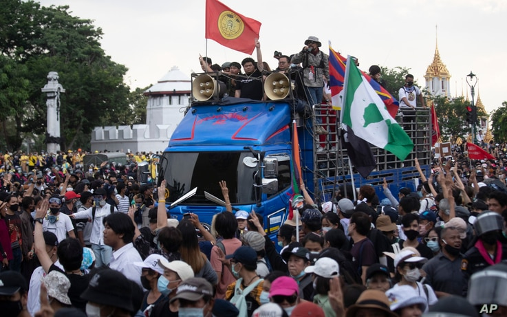 Leaders of anti-government protesters march from Democracy Monument to government house in Bangkok, Thailand, Wednesday, Oct…