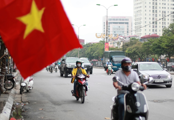 People wearing face masks to help curb the spread of the coronavirus ride mopeds in Hanoi, Vietnam on Thursday, Aug. 6, 2020…