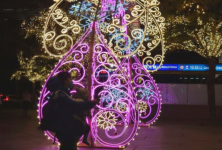 People walk pass the Christmas decorations in Taipei, Taiwan, Thursday, Dec. 17, 2020. (AP photo/Chiang Ying-ying)