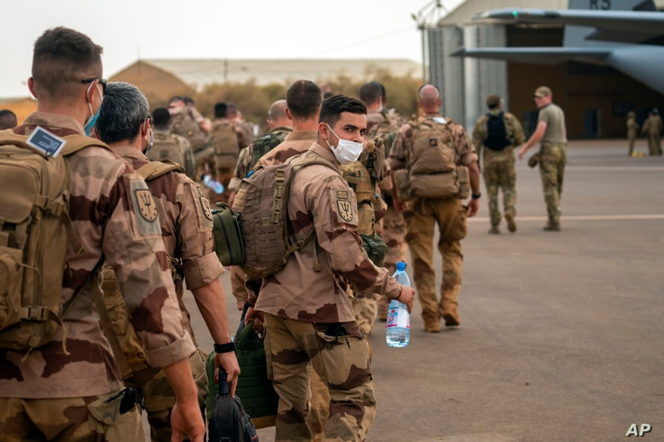 French Barkhane force soldiers who wrapped up a four-month tour of duty in the Sahel board a US Air Force C130 transport plane,…