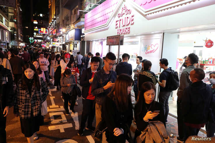 Protesters queue for a free Christmas dinner offered by a local restaurant in Hong Kong, China, December 25, 2019. REUTERS/Lucy…
