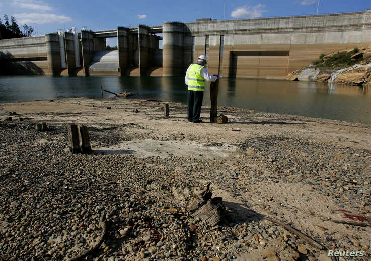 FILE PHOTO: Dick Pearson from the Sydney Catchment Authority stands in front of Sydney's Warragamba Dam to show the lowest…