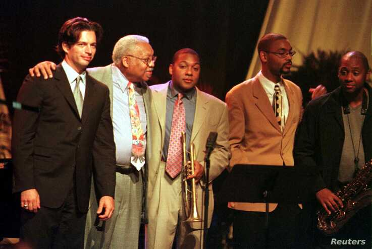 Jazz musician Ellis Marsalis (2L), makes a curtain call with former