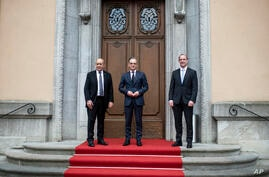 German Foreign Minister Heiko Maas, center, welcomes the Foreign Minister of Great Britain, Dominic Raab, right, and the…