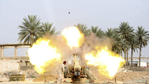 A member of Iraqi security forces fires a cannon during clashes with the al-Qaida-linked Islamic State in Iraq and the Levant (ISIL) in Jurf al-Sakhar south of the Iraqi capital Baghdad, Mar. 19, 2014.