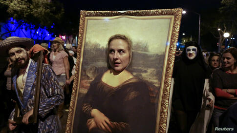 Erin Kunse dresses up as the Mona Lisa painting at the West Hollywood Halloween Costume Carnaval, West Hollywood, California, Oct. 31, 2013.