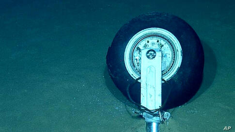 The wheel of the jet shot down by Syrian forces on June 22, 2012 resting on the seabed.  (AP/Turkish military)