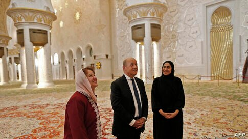 French Foreign Minister Jean-Yves Le Drian (C) visits the Sheikh Zayed Grand Mosque in the Emirati capital Abu Dhabi