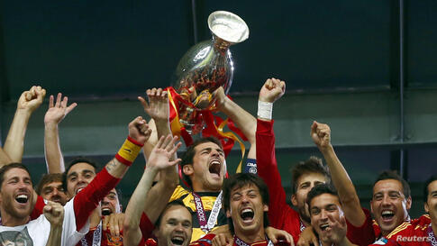Spain's national soccer players celebrate with the trophy after defeating Italy to win the Euro 2012 final at the Olympic stadium in Kiev, July 1, 2012.