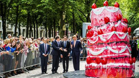 Dutch king Willem-Alexander (R), artist Vincent Olinet (M) and Jan Teeuwisse (L, director Sculptures at Sea) attend the opening of the sculpture exhibition 'Grandeur - French Sculpture Arts From Laurens Till Now' in The Hague, The Netherlands.