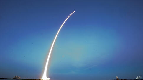 A Falcon 9 SpaceX rocket lifts off from Launch Complex 40 at the Cape Canaveral Air Force Station in Cape Canaveral, Florida, USA, Dec. 3, 2013. The rocket carried its first commercial payload, a communications satellite.