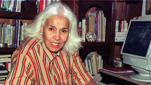 Egyptian writer Nawal el-Saadawi during an interview with Reuters in Cairo, May 2001 (file photo)