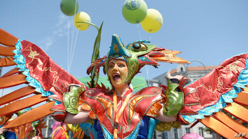 """Performers of the group """"Sapucaiu no Samba"""" attend the Festival of Cultures in Berlin, Germany."""