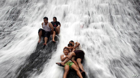 Visitors play in the waters of WaWa dam in Rodriguez town, east of Manila, March 18, 2012. (Reuters)