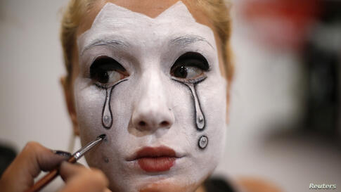 A model gets her face painted during Mulafest 2014 Festival of Urban Trends, at Ifema in Madrid, Spain, June 29, 2014.