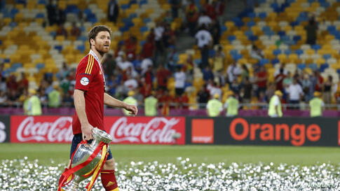 Spain's Xabi Alonso celebrates with the trophy after defeating Italy to win the Euro 2012 final soccer match at the Olympic stadium in Kiev, July 1, 2012.