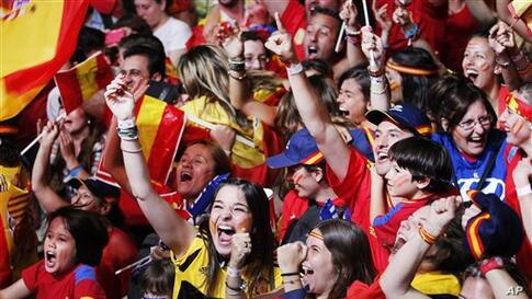 Spanish fans celebrate during in Madrid, Spain, Sunday, July 1, 2012. (AP Photo/Andres Kudacki)