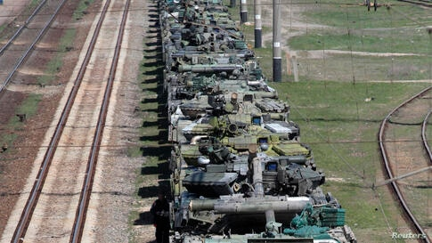 Ukrainian tanks are placed on freight cars before their departure from Crimea to other regions of Ukraine in the settlement of Gvardeiskoye near the Crimean city of Simferopol.