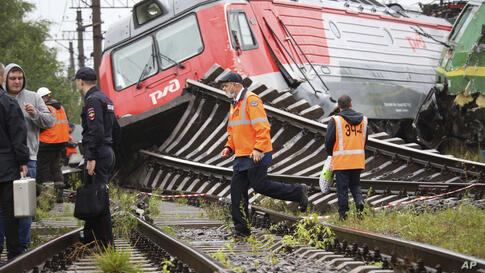 Railway workers at the site of the collision of two freight trains at the Kupchinskaya railway station in outskirts of in St…