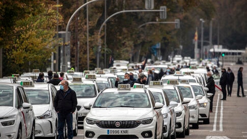 Taxi driver block a 'Recoletos' boulevard during a taxi drivers protest in downtown Madrid, Spain, Wednesday, Nov. 25, 2020…